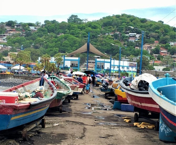La Libertad Harbour, boats on the pier